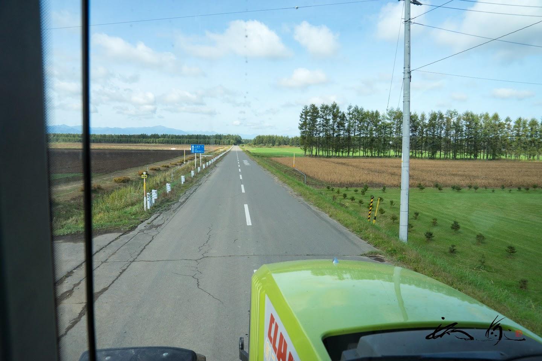 農道を走行するトラクター乗車体験