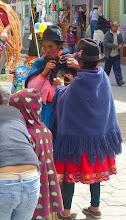 Photo: Cañar women bargaining