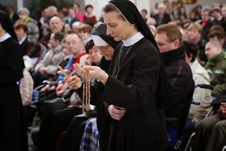Photo: Obetné dary: kríž, ktorý držala v rukách umierajúca s. Bernadeta a ruženec.