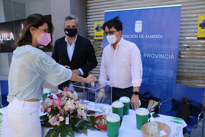 La vicepresidenta 2ª de la Diputación entregando su donativo.