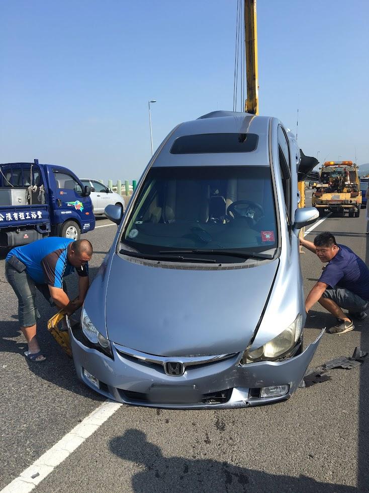 當拖車拖上去的那剎那,前面保險桿也掉了下來,我才發現不只後頭,前面也傷的頗重....