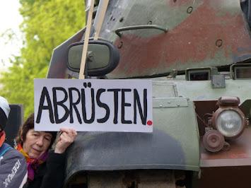 Symbol_Protest_Abrüsten vor Panzer.jpg
