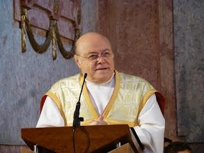 Photo: Prälat Matthias Roch predigt und deutet uns dabei die Dreifaltigkeit, die wir mehr mit dem Herzen als mit dem Verstand begreifen sollen.