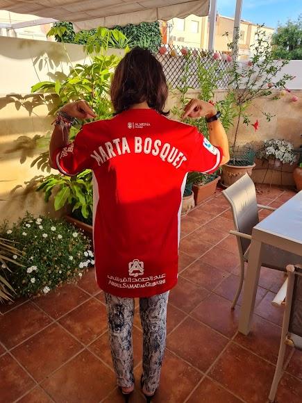 La presidenta del Parlamento de Andalucía, con su camiseta personal.