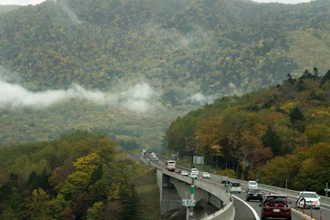 低く雲がたなびく山々
