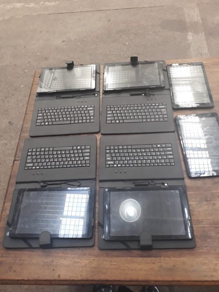 Veiligheidswag van die KZN-skool is vasgehou ná 'gesteelde tablette by sy huis gevind' - SowetanLIVE