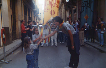 Photo: Correllengua a València. Any 1995. Isabel Requena li passa la Flama a Pau i Mireia Pardiñas.