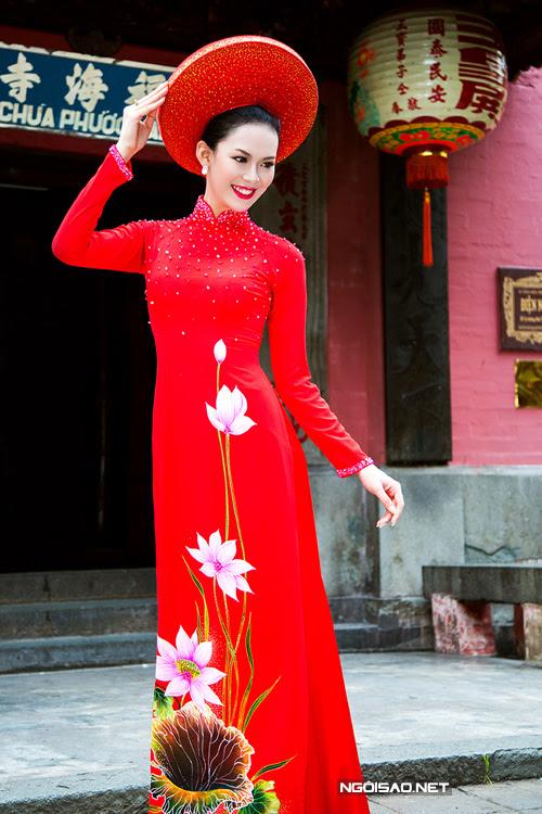áo dài đỏ hoa sen