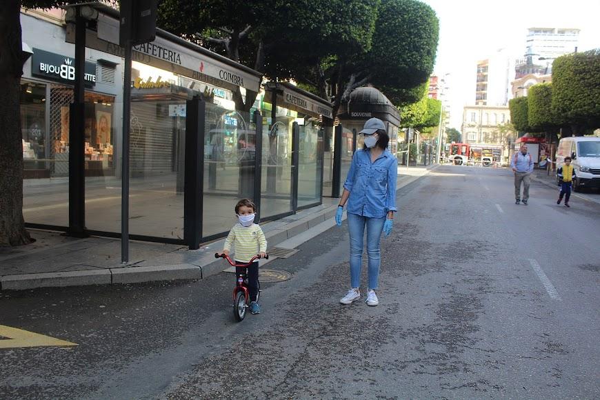 Disfrutando con la bicicleta y junto a su madre.