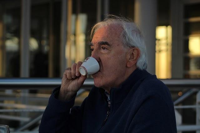 Juan Megino bebe un sorbo de café en una pausa de la entrevista