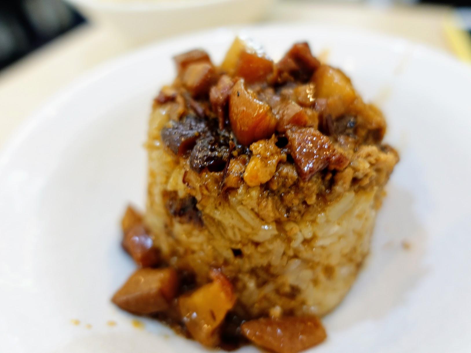 米糕,上面有許多肉燥,旁邊還有肉鬆
