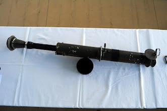 Photo: Cvičný protitankový reaktivní granát RPG-75 Cv.Cvičná verze českého protitankového granátu RPG-75, používala běžnou pistolovou ráži 7.65. Normální verze granátu měla ráži 68mm a dokázala probít až 30 cm tlustý pancíř. Do dnešní doby tyto granáty používají polské speciální jednotky GROM. Autor popisku - Štěpán Pravda, student 2. A.