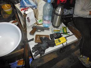 Photo: L'attirail pour aller à terre : pistolet de détresse, talkie walkie et le fusil