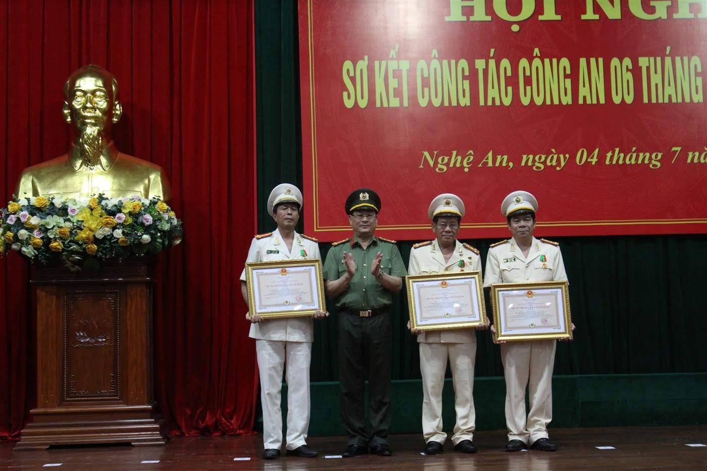 Dịp này Chủ tịch nước trao tặng Huân chương Bảo vệ Tổ quốc hạng 3 cho 3 cá nhân