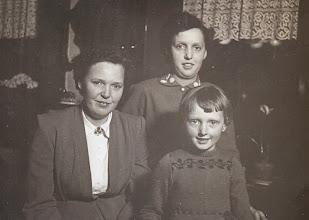 Photo: Aaltje, Lammie en Jannie Enting