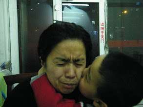 Photo: baby son kissing his mom, emakingir, to cheer her up from her anxious upon baby's dad, benzrad 朱子卓's frequent visits recently.