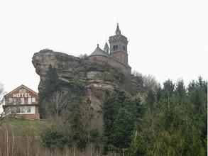 Photo: rocher de Dabo et chapelle Saint-Léon