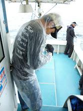 Photo: 雨が強くなって「カッパ」を着用する、「釣具屋の店員さん」。・・・もうちょっとカッコイイのを着用しましょうネ。釣具屋の店員さん!