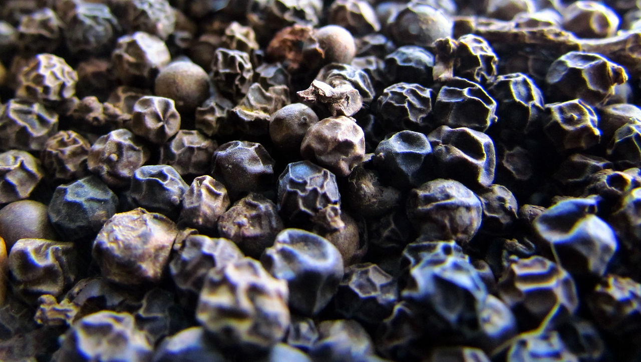 1280px-Black_pepper_(By_R.Boroujerdi).JPG