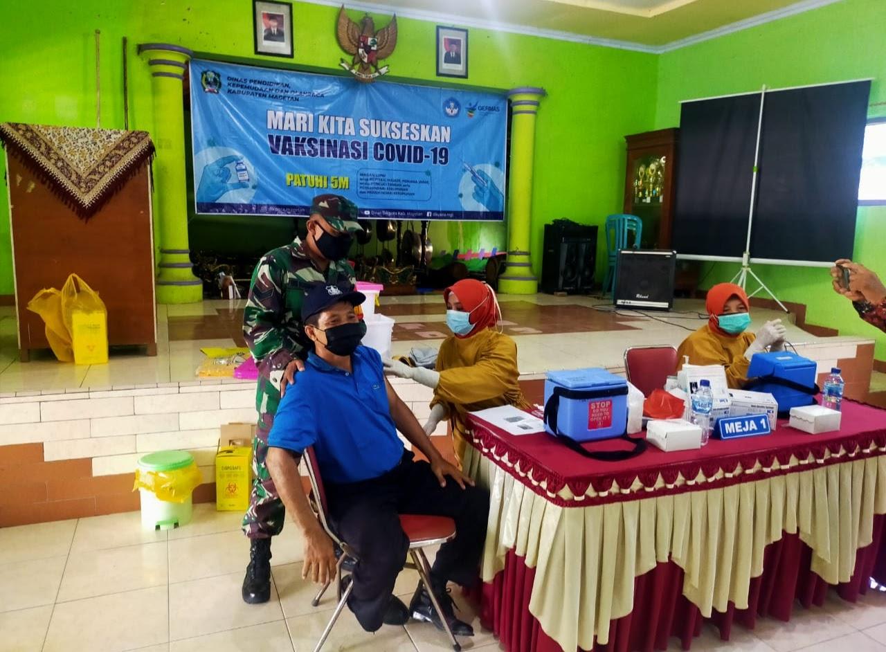 Babinsa Koramil Tipe B 0804/13 Bendo Pantau Vaksinasi Covid 19 Bagi Tenaga Pendidik/Guru di Wilayah Kecamatan Bendo