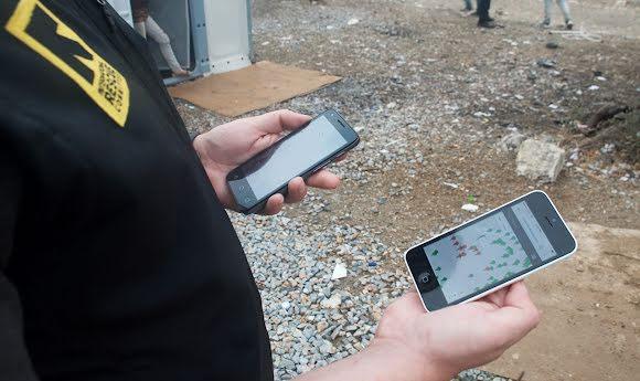 Une intervenante du Comité international de secours accède à Refugee.Info sur son smartphone.