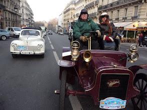 Photo: Cadillac coupé deux places de 1905, doyenne de la Traversée et Peugeot 203 découvrable de 1951