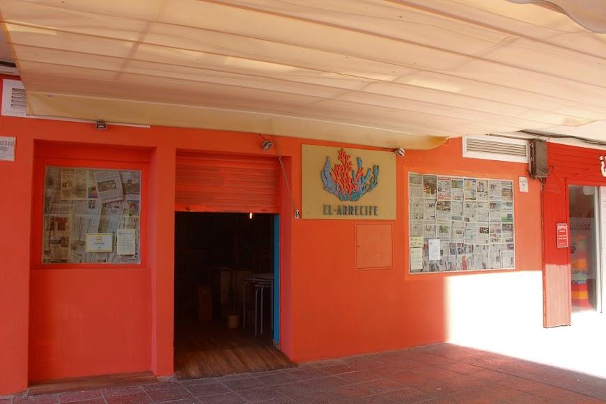 El Arrecife, bar situado en calle Joaquín Vázquez, junto al Paseo Marítimo.