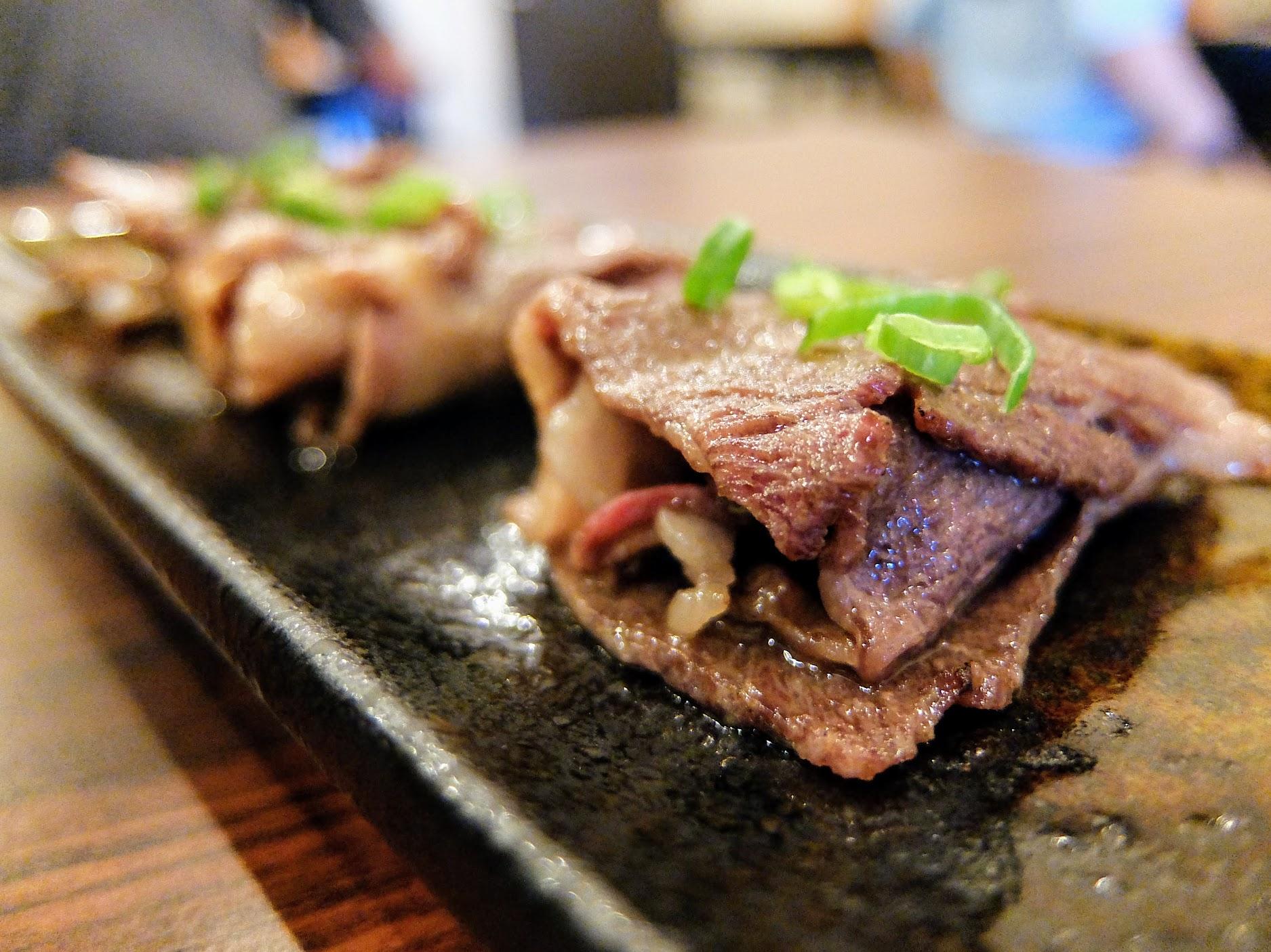 牛肉片燒烤完卷成一卷,是頗香的,但只有三片感覺意猶未盡