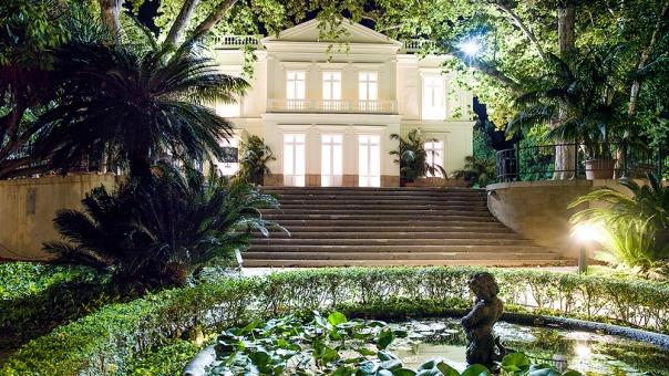 Málaga de noche en el jardín de la concepción