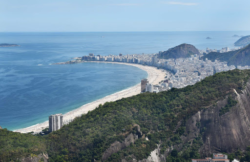 rio-coastline-from-above.jpg - Copacabana Beach and the other side starts Ipanema Beach.