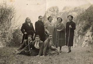 Photo: Arriba: ......., ......, ......, Covadonga y Candida. Abajo:......, ........, ........ 1954