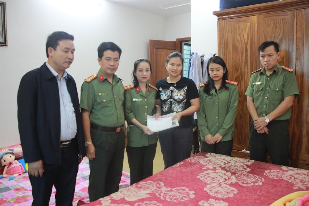 Thăm, tặng quà cho gia đình đồng chí Thiếu tá Trần Thị Hiền cán bộ Công an TX Cửa Lò