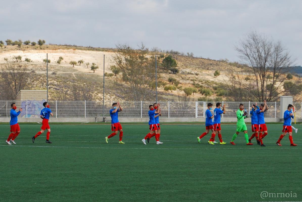 Un grupo de personas en un campo de fútbolDescripción generada automáticamente