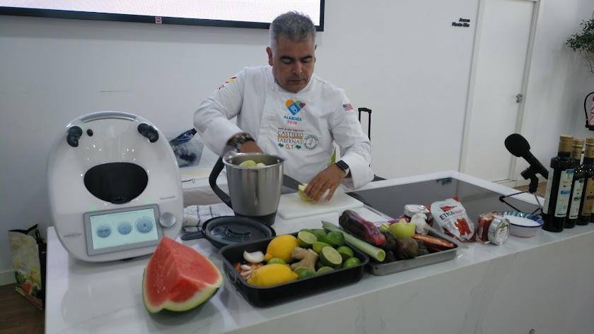 El chef realizó dos platos típicos de la gastronomía almeriense y americana.