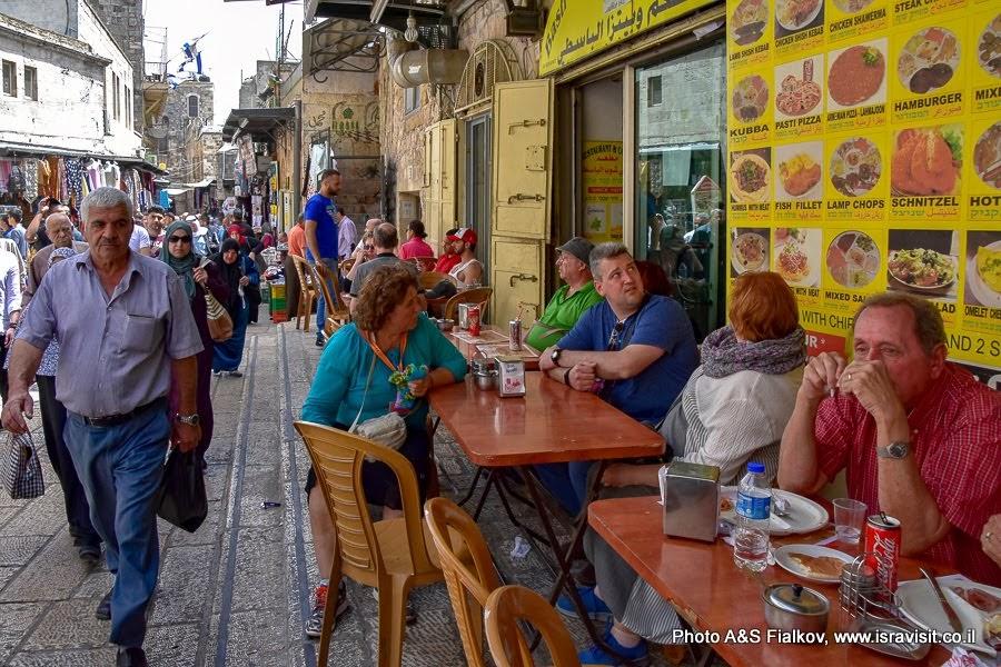 Старый город Иерусалим.  Улица Виа Долороза.  Мусульманский квартал. Обед. В меню хумус, фалафель, питы, арабский кофе. Экскурсия по Иерусалиму с частным гидом.