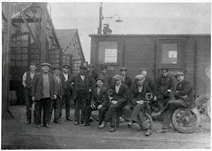 Photo: 1927 Groepsportret van personeel van ZNSM aan de Mastbosstraat
