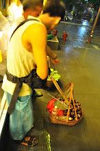 Photo: 跟旁邊的阿伯聊天 他賣的是石竹 這種水果單價較高 後來還是作罷了