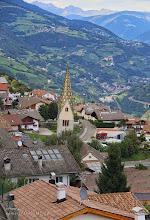 Photo: Kirche von Barbian Südtirol. (Eisacktal - Wipptal) In historischen Unterlagen wird die Pfarrkirche 1378 erstmals erwähnt,   Schieflage Schon von weitem lässt die Pfarrkirche von Barbian ihre Besonderheit erkennen:  Der Kirchturm steht so schief, dass man an seiner Standhaftigkeit zweifeln könnte.  Ganze 1,57 m lehnt sich der Turm sich aus dem Lot- ohne dabei ins Wanken zu kommen.