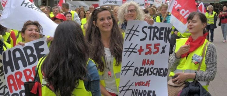 Demonstrantinnen mit verdi-Fahnen un -transparenten.
