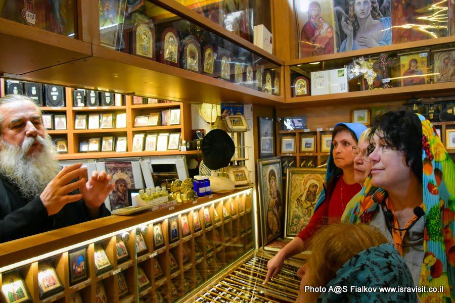 Монах брат Иринарх и гид в Израиле Светлана Фиалкова. Церковь 12 апостолов. Капернаум Галилея Христианская.