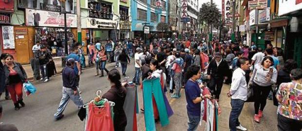 personas visitando tiendas comerciales en Gamarra
