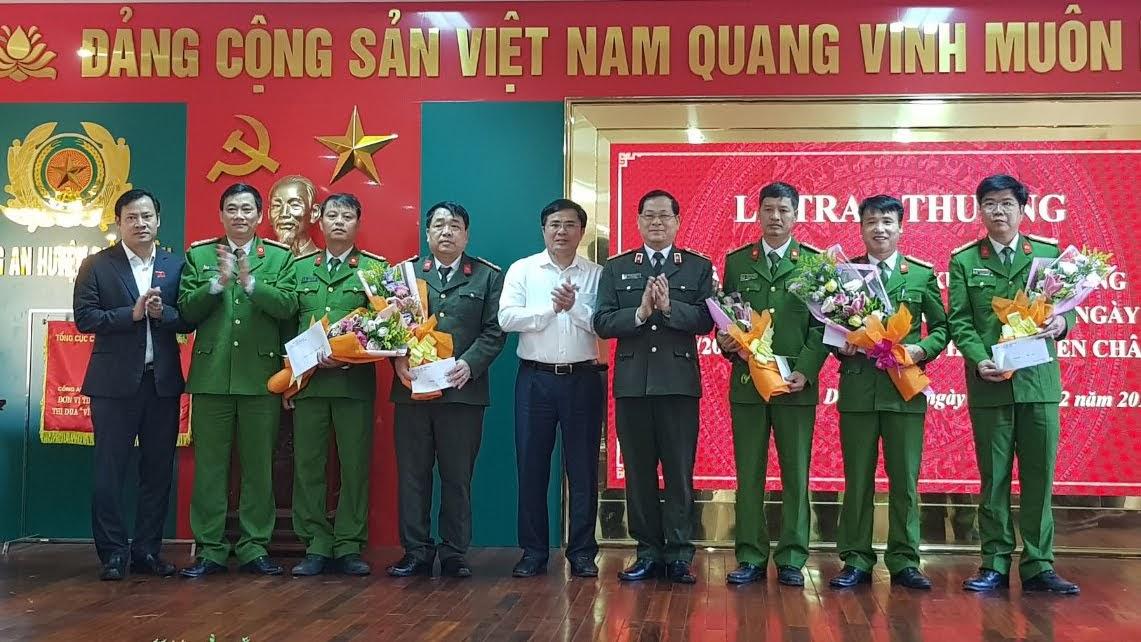Đồng chí Thiếu tướng Nguyễn Hữu Cầu, Giám đốc Công an tỉnh chúc mừng và trao thưởng Ban chuyên án khám phá thành công vụ án giết người tại xã Diễn Lộc, huyện Diễn Châu