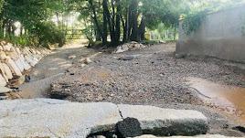 Destrozos causados por el agua en el centro del pueblo.