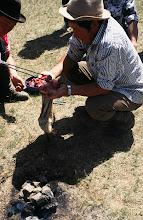 Photo: 03250 ブルド/バスハダール家/タルバガン(野獣)料理/肉を毛皮につめて焼く