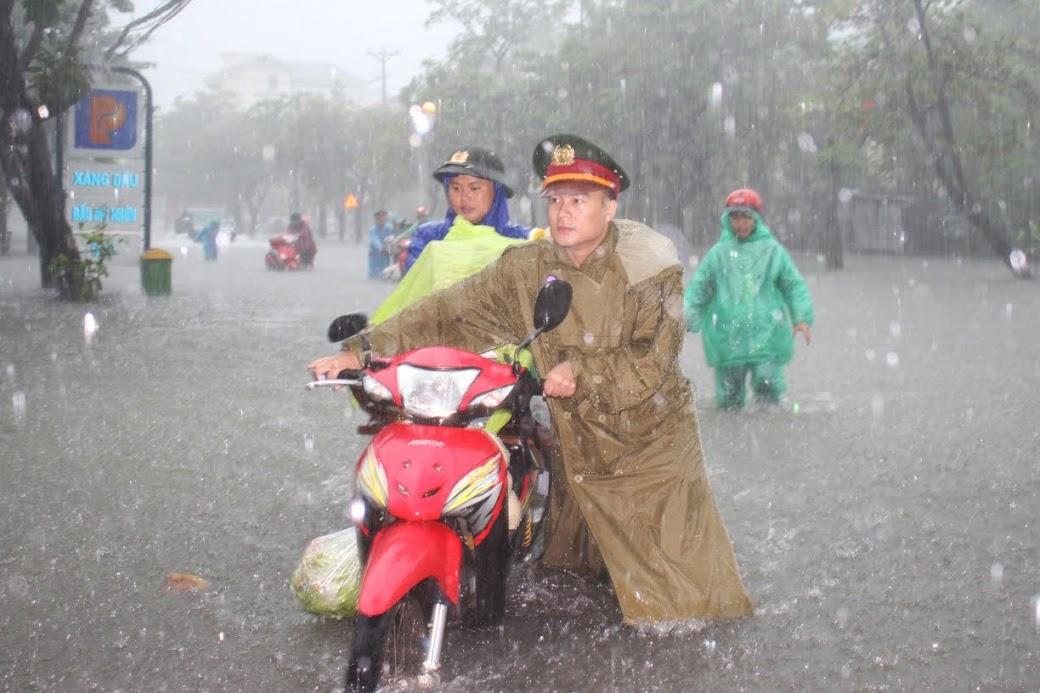 CBCS Công an Nghệ An hỗ trợ nhân dân giữa mưa lụt