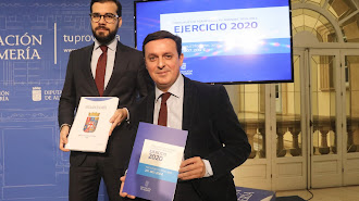 El presidente, Javier Aureliano García (sentado), y el diputado de Hacienda, Álvaro Izquierdo.