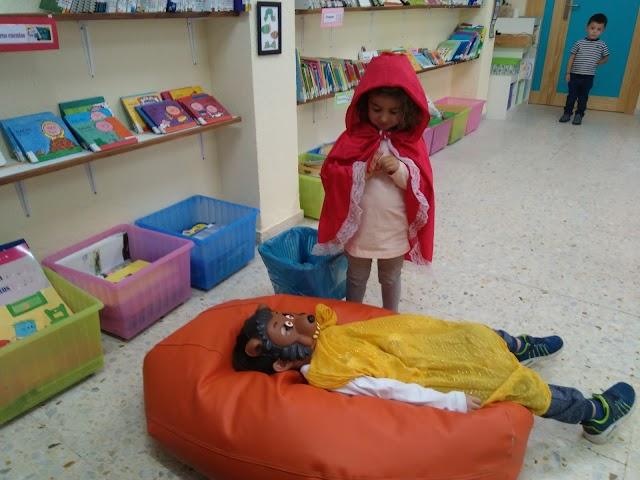 Niños de tres años dramatizando la \'Caperucita Roja\'.