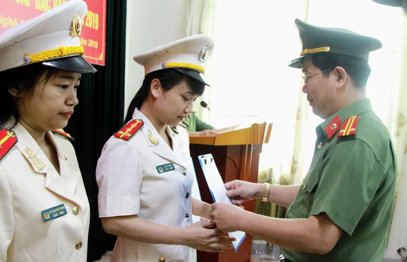 Thừa ủy quyền của đồng chí Giám đốc Công an tỉnh, Trung tá Nguyễn Xuân Thư – Trưởng phòng PX04 trao quyết định thăng cấp bậc hàm cho các đồng chí đến niên hạn.