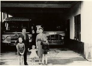 Photo: 1960   Gezin van Cees van den Wijngaard met touringcarbedrijf aan de Dreef 64