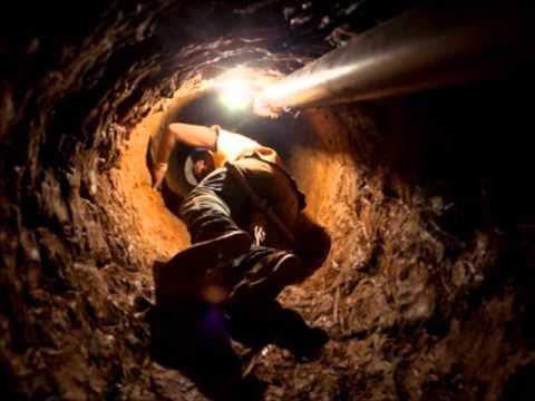 Minero entrando en una cueva estrecha